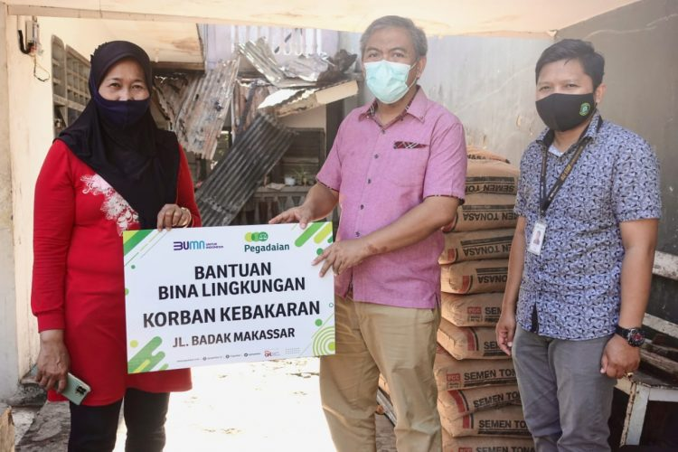 Kepala Departemen Business Support, Wawan Triyadi memberikan bantuan kepada korban kebakaran di Jalan Badak, Makassar